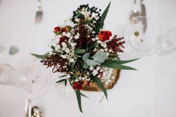 Rustikální dekorace na svatební tabuli ve vínovo - bílé barvě. Svatební květiny Klára Uhlírová