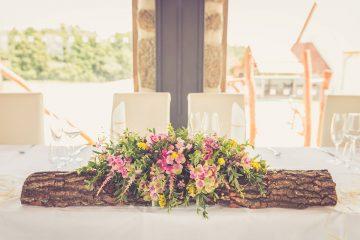 Dekorace do čela stolu novomanželů. Luční květiny na dřeněném polenu.