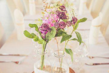 Jednoduchá rustikální květinová výzdoba z lučních květin. Svatební květiny Klára Uhlírová