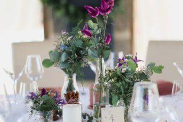 Set váziček v lesním stylu na kulatých stolech. Svatební květiny Klára Uhlírová