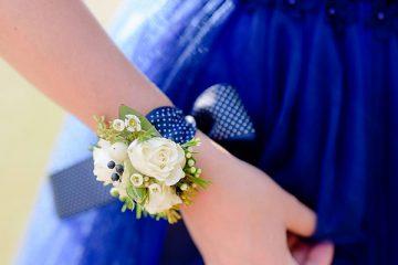 kvetinovy-naramek-na modre-stuze-svatebni-kvetiny-klara-uhlirova-brno