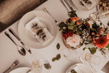 Dekorace na svatební stůl v podzimních barvách a lístek eucalyptu na jmenovku. Svatební květiny Klára Uhlírová