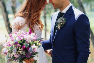 Svatební kytice ve fialovo modré barvě a ladící věneček do vlasů. Svatební květiny Klára Uhlírová