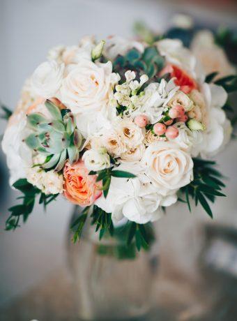 Elegantní krémová svatební kytice se sukulentem. Svatební květiny Klára Uhlírová