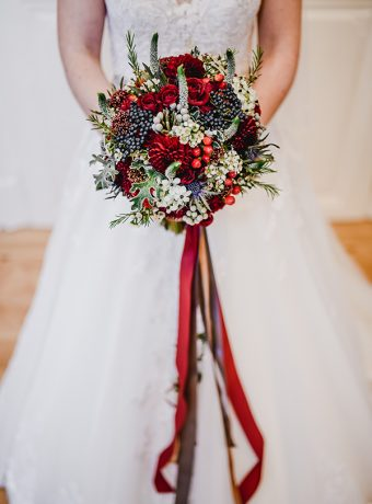 Svatební kytice ve vínovo bílo modré barvě. Svatební květiny Klára Uhlírová