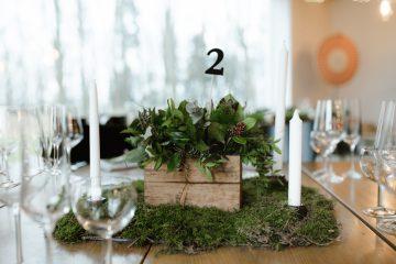 prirodni-dekorace-v-drevenych-bedynkach-mech-svatebni-kvetiny-klara-uhlirova