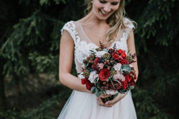 Vínovo růžová svatební kytice s ostružinami a eucalyptem. Svatební květiny Klára Uhlírová
