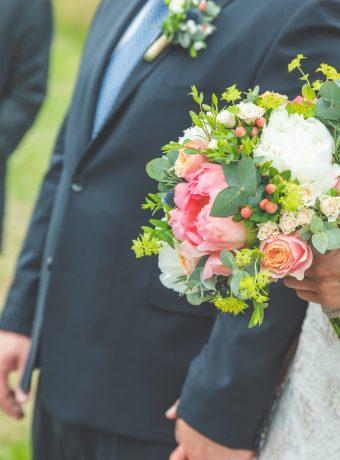 Luční svatební kytice s pivoňkami. Svatební květiny Klára Uhlírová
