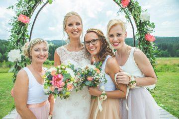 Svatební kytice, náramky pro družičky a slavobrána. Svatební květiny Klára Uhlírová