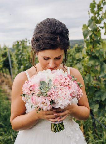 Růžová svatební kytice se sukulentem. Svatební květiny Klára Uhlírová