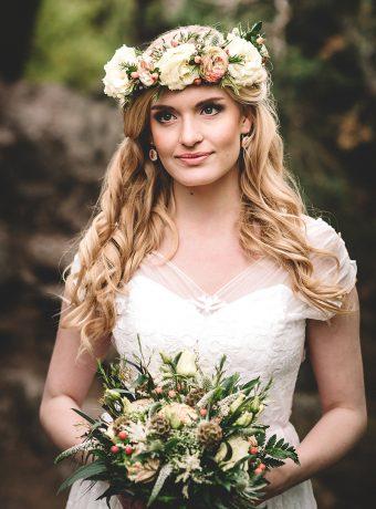 Svatební kytice s ladícím maxi věncem do vlasů. Svatební květiny Klára Uhlírová