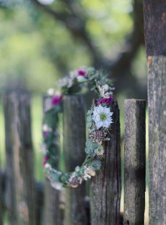Věneček do vlasů z lučních květů. Svatební květiny Klára Uhlírová