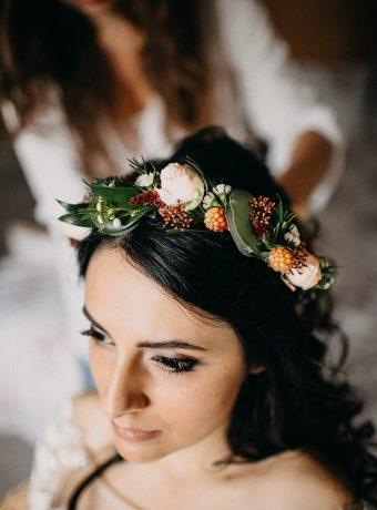 Věnečk do vlasů z růží a ostružin. Svatební květiny Klára Uhlírová