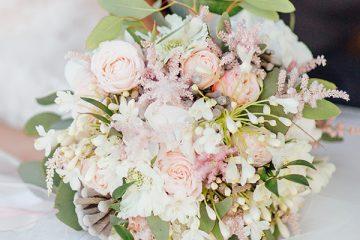Bílo růžová svatební kytice s eucalyptem. Svatební květiny Klára Uhlírová