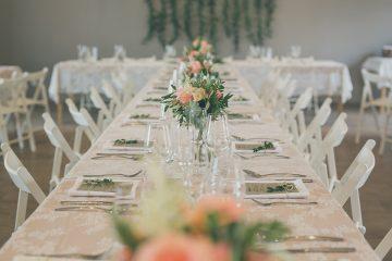 Výzdoba svatební tabule a pozadí za novomanžele. Svatební květiny Klára Uhlírová