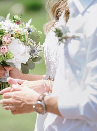 Luční svatbní kytice s pivoňkami. Svatební květiny Klára Uhlířová