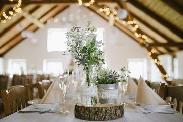 Rustikální dekorace na svatební tabuli. Svatební květiny Klára Uhlírová