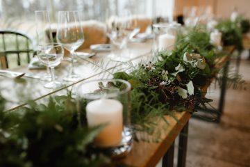 Lesní girlanda na svatební tabuli. Svatební květiny Klára Uhlířová