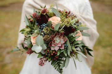 Zimní svatební kytice se sukulenty, růžemi a eucalyptuem. Svatební květiny Klára Uhlířová Brno.