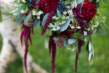 Dekorace na obřadní stolek. Vínovo růžová, s akcentem bílé. Svatební květiny Klára Uhlířová
