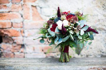 Boho svatební kytice v růžovo-vínové barvě. Svatební květiny Klára Uhlířová