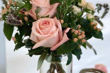 Květinová dekorace na stoly. Růže a bylinky. Svatební květiny Klára Uhlířová