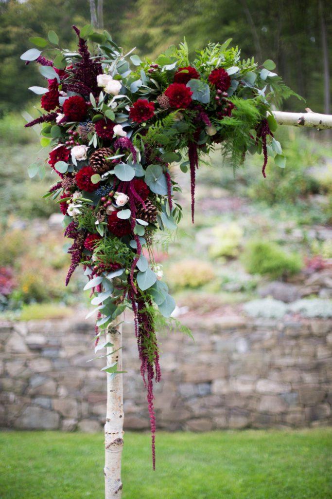 Detail boho slavobrány ve vínové a pudrově růžové. Svatební květiny Klára Uhlířová