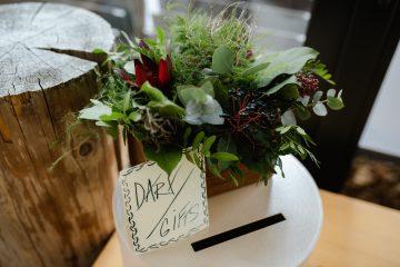 Dřevěná bedýnka s lesní dekorací. Svatební květiny Klára Uhlířová