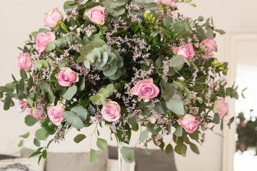 Vysoká elegantní dekorace. Svatební květiny Klára Uhlírová