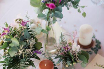 Lesní dekorace ve vázičkách. Svatební květiny Klára Uhlířová