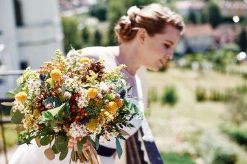 Zářivá luční svatební kytice ve žluté barvě. Svatební květiny Klára Uhlířová