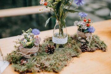 Mechová výzdoba s lučními květy. Svatební květiny Klára Uhlířová