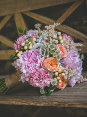Růžová svatební kytice s akcenty lososové. Svatební květiny Klára Uhlířová