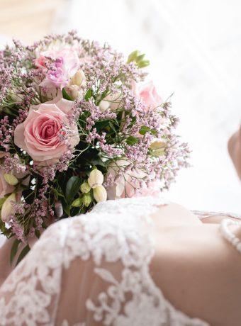Kulatá romantická svatební kytice. Svatební květiny Klára Uhlířová