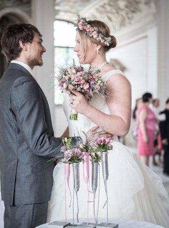 romanticka-svatebni-kytice-kvetinovy-venecek-do-vlasu-kvetinova-vyzdoba-obradniho-mista-web-svatebni-floristika-klara-uhlirova-brno