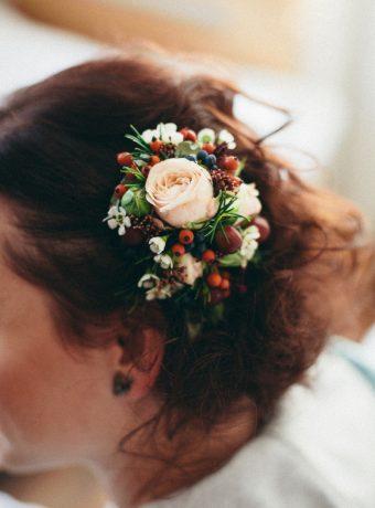 Květinová sponka do vlasů z drobných květů. SVatební květiny Klára Uhlířová
