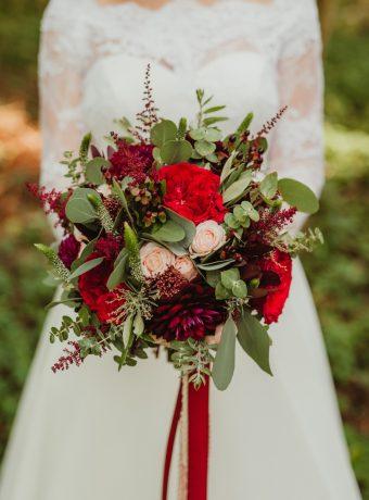 Bordó svatební kytice s dlouhými stuhami. Svatební květiny Klára Uhlířová