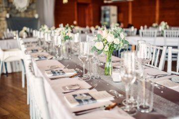 výzdoba svatební tabule s použiím jarních květin. Svatební květin Klára Uhlířová