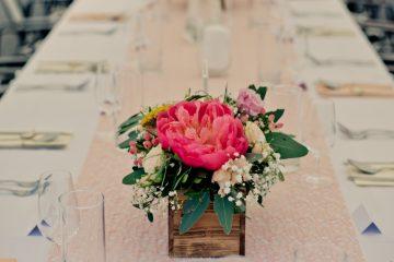 Elegantní květinová dekorace v dřevěné krabičce. Svatenbí květiny Klára Uhlířová
