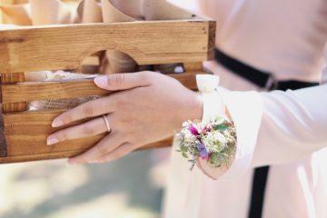 Kvěitnový náramek pro svědkyni. Pastelové tony. Svatební květiny Klára Uhlířová Brno