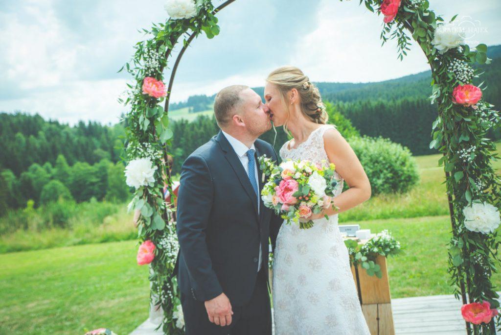 Kompletní výzdoba svatebního obřadu. Slavobrána, květiny na obřadní stůl a svatební kytice