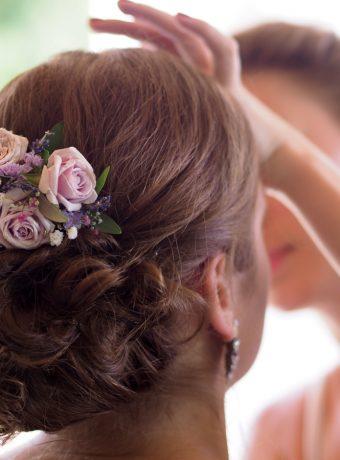 Květinový hřebínek do vlasů. Růže a nevěstin závj