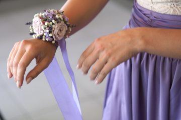 Fialový květinový náramek pro družičku. Svatební květiny Klára Uhlířová
