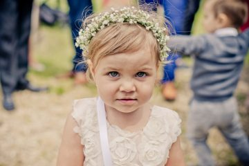 Jemný věneček do vlasů pro malou družičku. Svatební květiny Klára Uhlířová