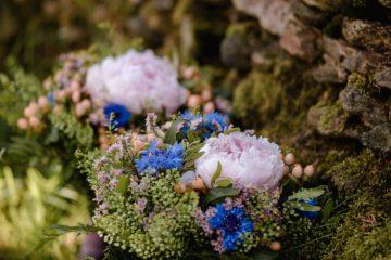Kytice pro maminky. Pivoňka a luční květy. Svatební květiny Klára Uhlířová