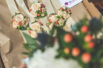 Květinové náramky pro družičky. Svatební květiny Klára Uhlířová