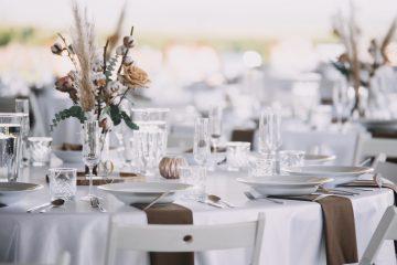 Boho svatební výzdoba stolů. Bavlník, pampová tráva, hnědé růže a eucalyptus. Svatební květiny Klára Uhlířová Brno