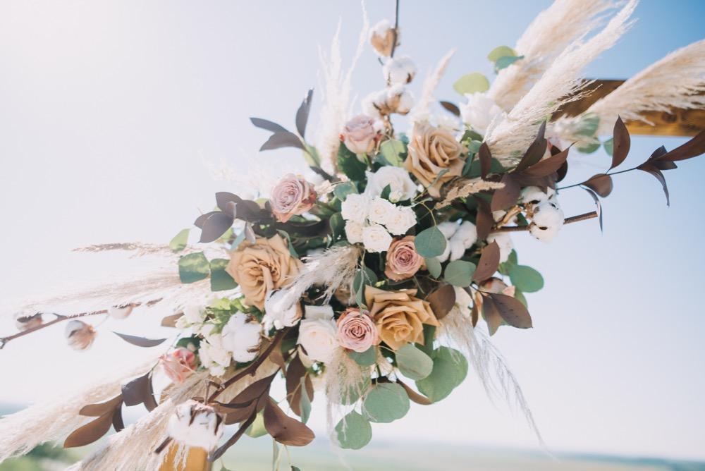 Květinová výzdoba slavobrány. Hnědé růže a pampová tráva. Svatební květiny Klára Uhlířová Brno