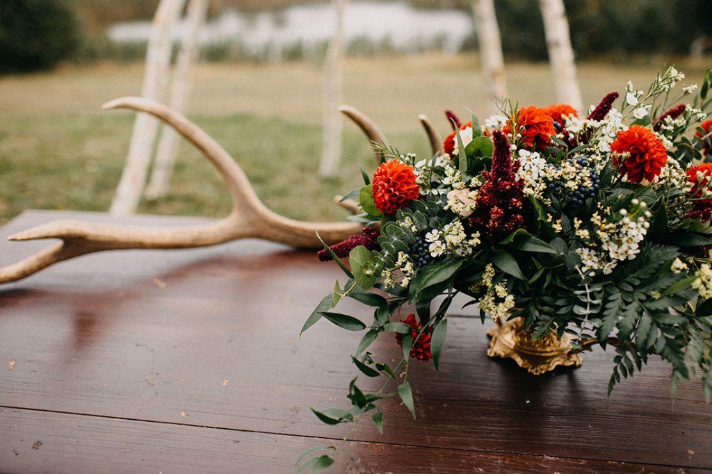 Květinová dekorace na obřadní stolek. Zlatá boho nádoba a podzimní květiny