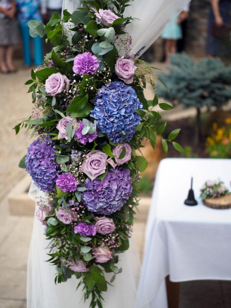 Detail květinové výzdoby na obloukové slavobráně. Svatební květiny Klára Uhlířová
